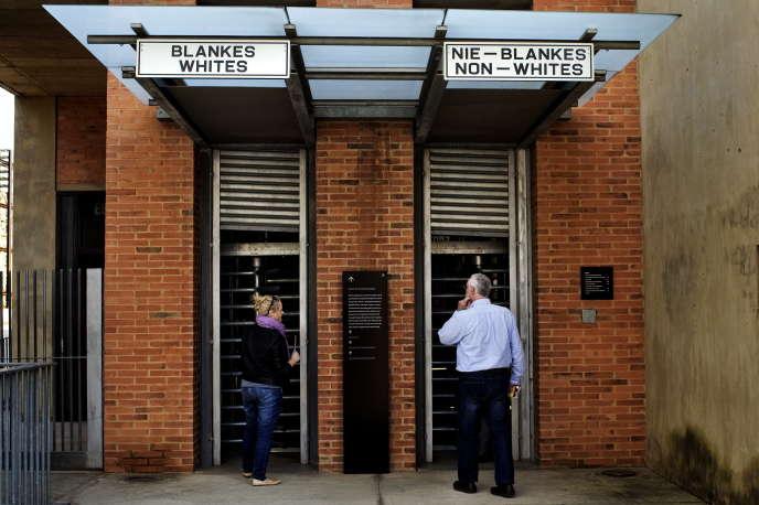 L'entrée du Musée de l'apartheid, à Johannesburg. Les visiteurs sont invités, après avoir reçu de manière aléatoire une étiquette« Blanc» ou« non-Blanc» à coller sur leur veste, à prendre le couloir qui est assigné à leur« couleur» pour un parcours en immersion de ce que fut le régime de ségrégation raciale en Afrique du Sud jusqu'en 1994.