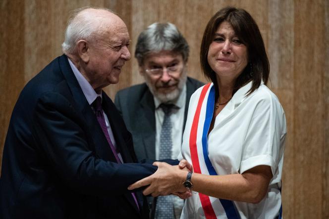 L'ancien maire de Marseille Jean-Claude Gaudin (à gauche) remet l'écharpe de maire à Michele Rubirola (à droite), à Marseille, le 4 juillet.