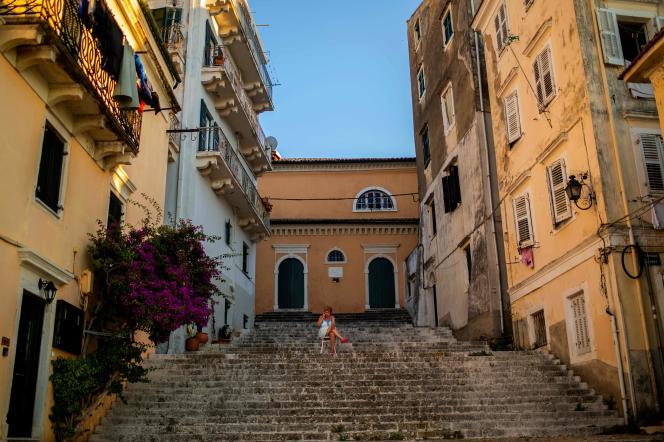 Une femme dans les rues de la vieille ville de Corfu, le 30 juin, alors que l'île accueille ses premiers touristes après le confinement imposé pour lutter contre l'épidémie liée au coronavirus.