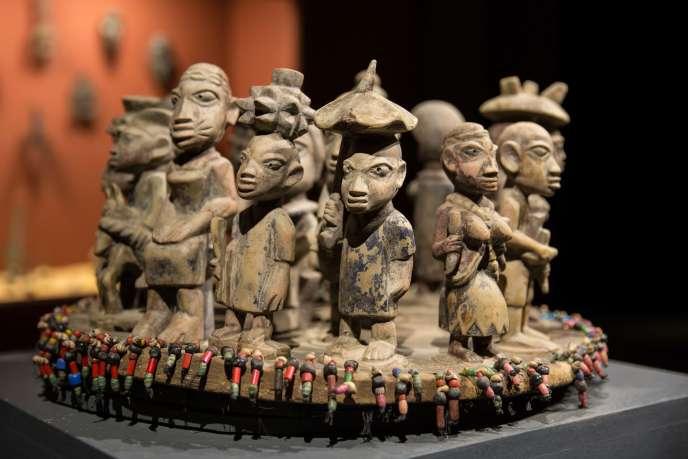 Plateau de bois fon du Bénin représentant la cour du roi datant du XIXe siècle. Musée d'art et d'histoire des cultures d'Afrique de l'Ouest, le Mahicao, à Djilor, dans le delta du Saloum, au centre du Sénégal.