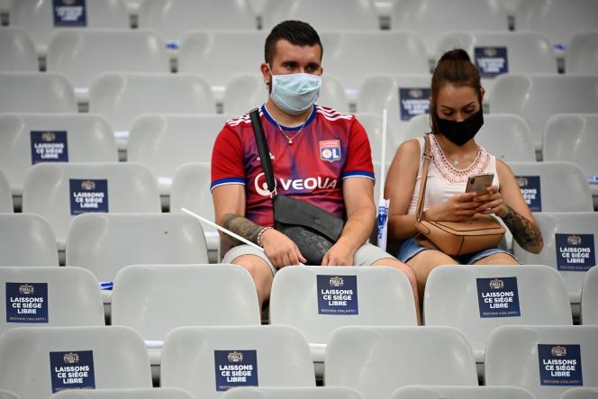 Deux spectateurs lors de la finale de la Coupe de la Ligue, à Saint-Denis, vendredi 31 juillet.