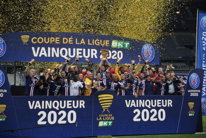 Les joueurs du Paris-Saint-Germain (PSG) fêtent leur victoire en finale de la Coupe de la Ligue contre l'Olympique lyonnais, le 31juillet, au Stade de France.
