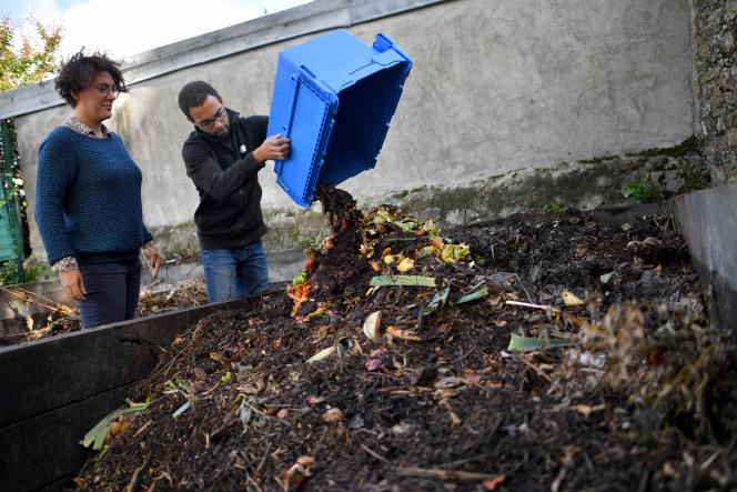 Des membres de l'association La Tricyclerie fournissent en déchets organiques un compost, à Nantes, en 2017.