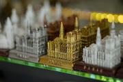Dans une boutique de souvenirs autour de Notre Dame de Paris, le 31 juillet.