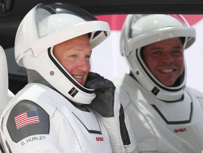Bob Behnken (à droite) et Doug Hurley, en route vers le pas de lancement de leur capsule Crew Dragon de SpaceX, en Floride, le 30 mai.
