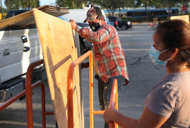Des habitants de Lake Worth (Floride) se préparent, vendredi 31 juillet,à l'arrivée de l'ouragan Isaias prévue dans le week-end.