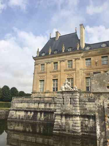 Vaux-le-Vicomte, domaine privé, appartient aux frères Vogüé, lointains héritiers d'Alfred Sommier, un industriel et mécène qui a fait fortune dans le sucre et l'a acheté et restauré à la fin du XIXesiècle.