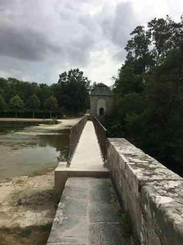 Après avoir alimenté le grand canal, la rivière, chantée en son temps par LaFontaine, retrouve là son cours.
