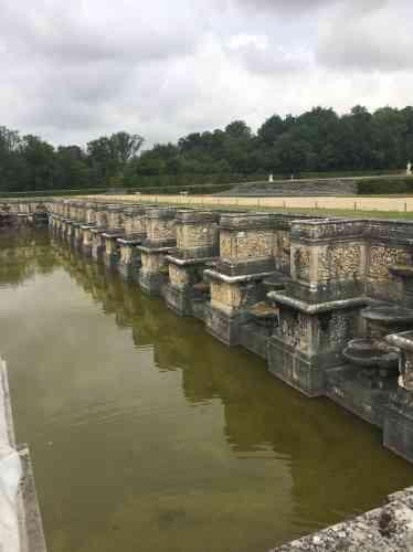 L'eau, mise en scène, est partout à Vaux, comme elle le sera à Versailles : douves, canaux, bassins, cascades, fontaines, gerbes et jets.