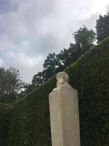 Associé aux divinités Thémis, Dionysos et Vulcain, le dieu du vent veille sur le bassin de la Couronne.