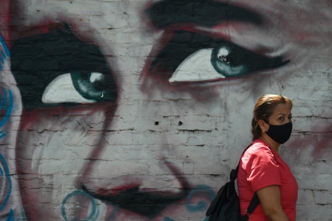 Une femme portant un masque à Cali, en Colombie, vendredi 31juillet.