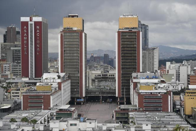 La place Caracas vide au 1er août et l'Assemblée nationale, à Caracas au Venezuela, où une quarantaine stricte a été annoncée par le président Maduro.