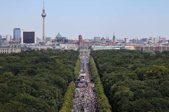Manifestation contre les restrictions liées au Covid-19 sous la porte de Brandebourg, à Berlin, le 1er août 2020.