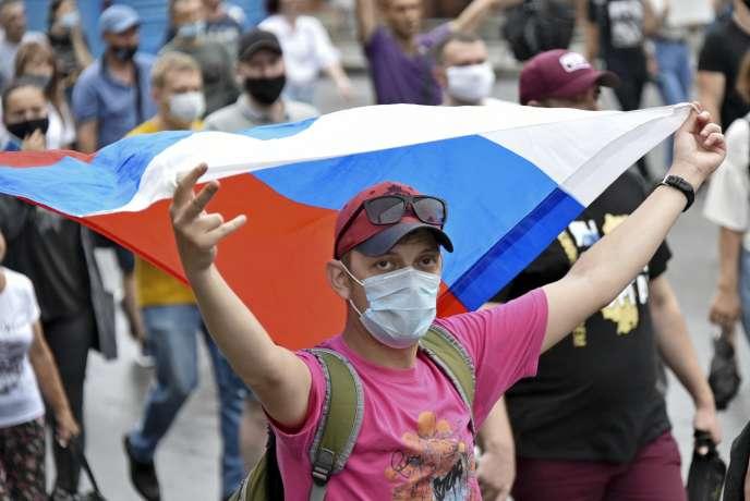 Un homme portant un drapeau russe lors de lamanifestation en soutien à SergueïFourgal, àKhabarovsk, samedi 1eraoût.