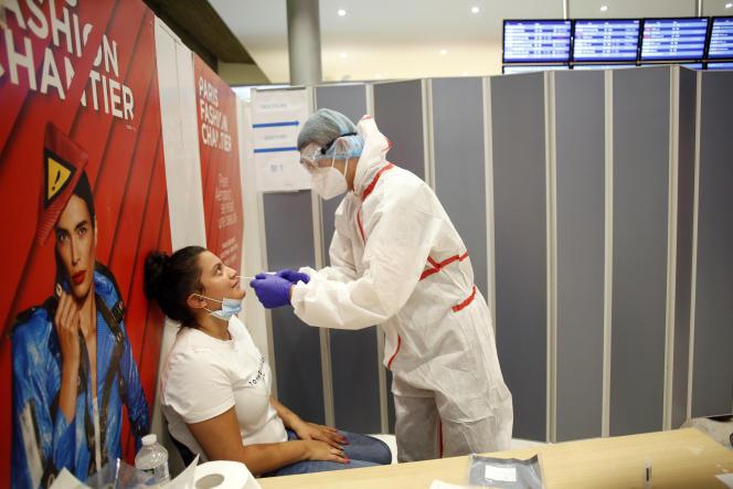 Réalisation d'un test RT-PCR pour le Covid-19 à l'aéroport de Roissy-Charles-de-Gaulle, samedi 1er août.