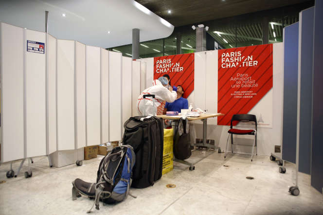 Un soignant effectue un prélèvement nasal à l'aéroport Roissy-Charles-de-Gaulle, samedi 1er août.