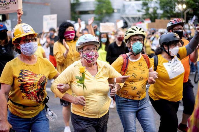 Des femmes forment un «mur de mamans», lors d'une manifestation Black Lives Matter, à Portland, dans l'Oregon,le 20 juillet.