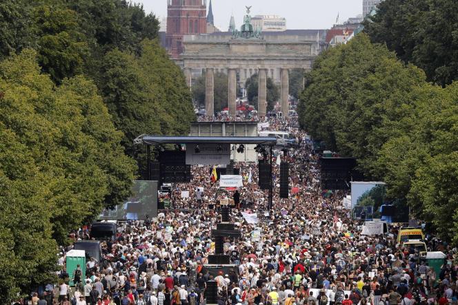 Manifestation pour protester contre les restrictions imposées par le gouvernement en raison du coronavirus, à Berlin, le 1er août.
