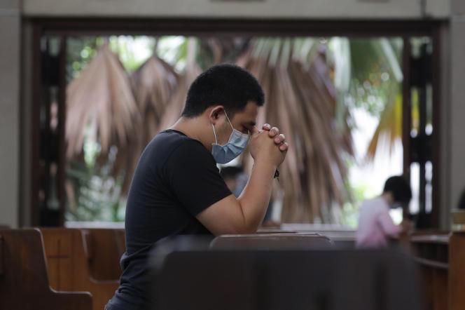 Un homme prie dans une église de la ville de Quezon, aux Philippines, le 2 août 2020.
