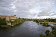 La rivière Narva, le 23 juillet. Elle sert de frontière entre la ville estonienne éponyme, à gauche, et la Russie, en face.