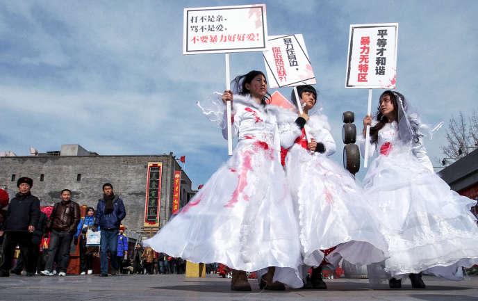 Avant que la Chine ne se dote en 2016 d'une loi contre les violences domestiques, des manifestantes brandissaient des pancartes à Pékin en 2012 : « La violence conjugale n'est pas l'amour », « Vas-tu garder le silence si tu es témoin de violences conjugales ? » et « Il n'y a pas de zone de non-droit pour la violence conjugale ».