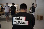 Un homme fait la promotion de TikTok à l'aide de son tee-shirt, dans un Apple Store de Pékin, le 17 juillet.