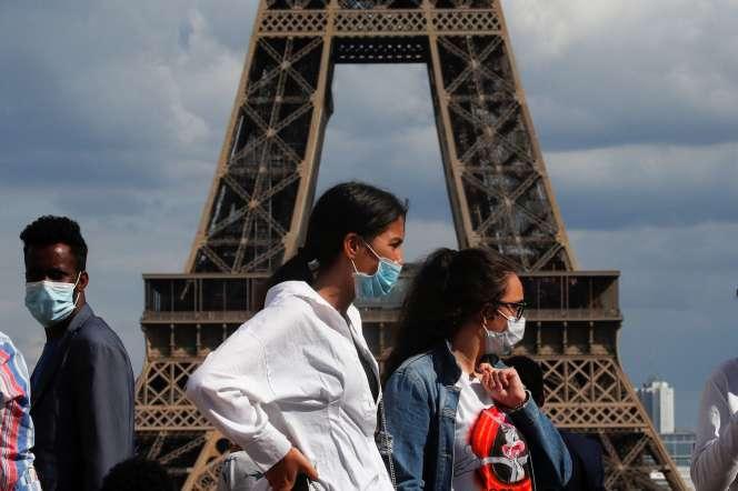 Devant la tour Eiffel, le 3août à Paris.