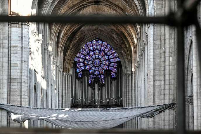 Au fond de la nef de Notre-Dame de Paris, l'orgue, le plus grand de France, ici en juillet 2019, quelques mois après l'incendie qui a ravagé l'édifice.