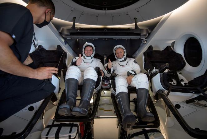 Les deux astronautes américains Bob Behnken et Doug Hurley après leur amerrissage en Floride, le 2 août.