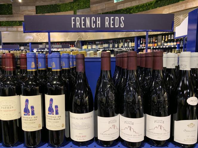 Des bouteilles de vin français sont vendues dans un supermarché de Los Angeles, en août 2019.