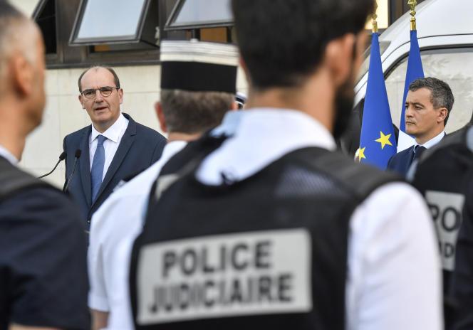 Jean Castex, premier ministre, et Gérald Darmanin, ministre de l'intérieur, devant des agents de police judiciaire, à Dijon, le 10 juillet.