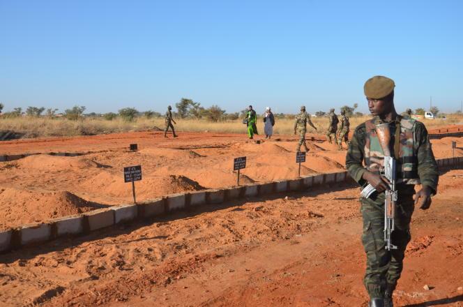Les 71 tombes des soldats nigériens tués lors de leurs combats avec les forces djihadistes à Niamey, en décembre 2019.