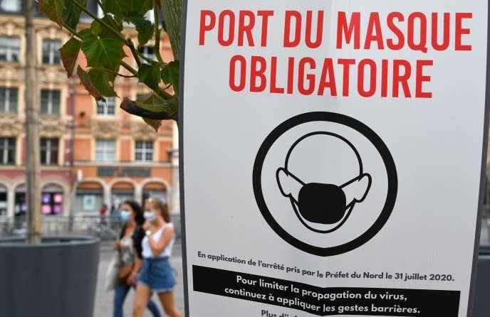 A Lille, le port du masque est, désormais, obligatoire en extérieur dans la plupart des lieux publics, comme l'énonce cette affiche le 3 août.