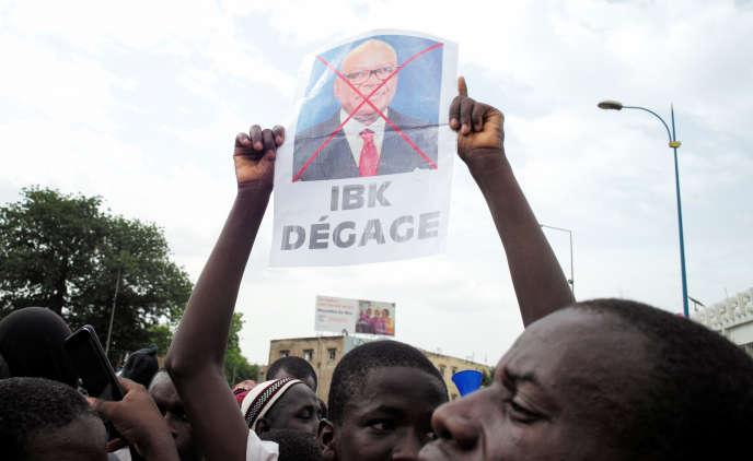 Des partisans de l'imam Mahmoud Dicko demandent la démission du président Ibrahim Boubacar Keïta, à Bamako, le 5juin 2020.
