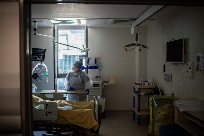 Un médecin discute avec un patient infecté par le Covid-19, dans l'unité de soins intensifs de l'hôpital Saint-Louis, à Paris, le 28 mai.