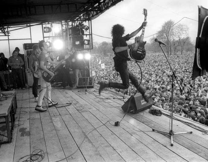 Mick Jones, le guitariste de The Clash, en avril 1978, à Victoria Park, à Londres.