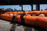 Le port de New York se prépare à l'arrivée de la tempête Isaias, le 3 août, en installant des barrages.