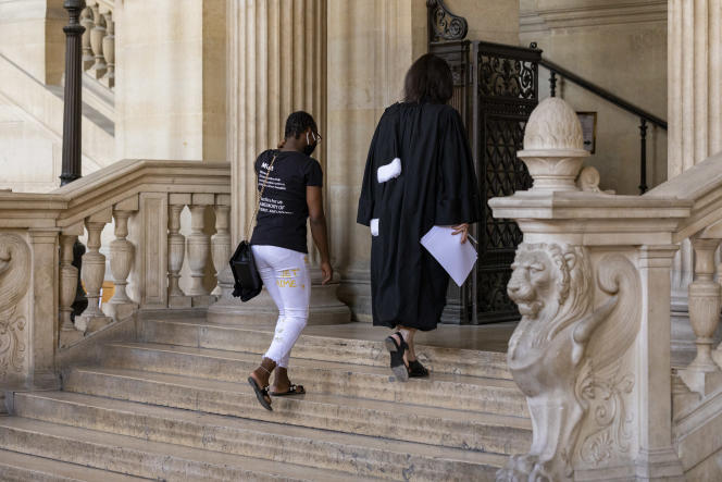 Une ancienne prostituée arrive pour témoigner contre le proxénète Omos Wiseborn, au palais de justice de Paris, le 29 juin.
