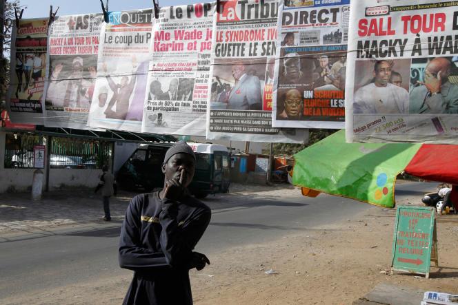 Un homme consulte les unes des journaux sénégalais, à Dakar, en 2012.