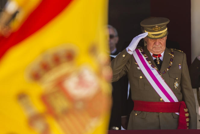 Le roi Juan Carlos assiste à une cérémonie militaire à San Lorenzo de El Escorial, à la périphérie de Madrid, le3 juin 2014.