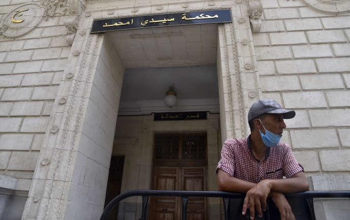 Un homme attend devant le tribunal de Sidi M'hamed, à Alger, lors du procès du journaliste Khaled Drareni, le 3août 2020.