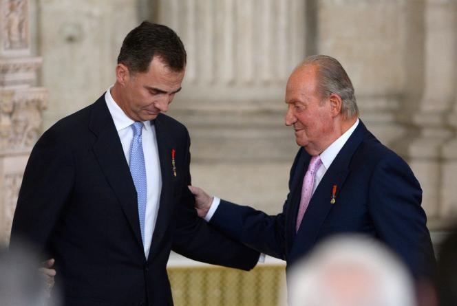 Juan Carlos et la prince felipe VI, lors de la cérémonie d'abdication au palais royal de Madrid, le 18 juin 2014.