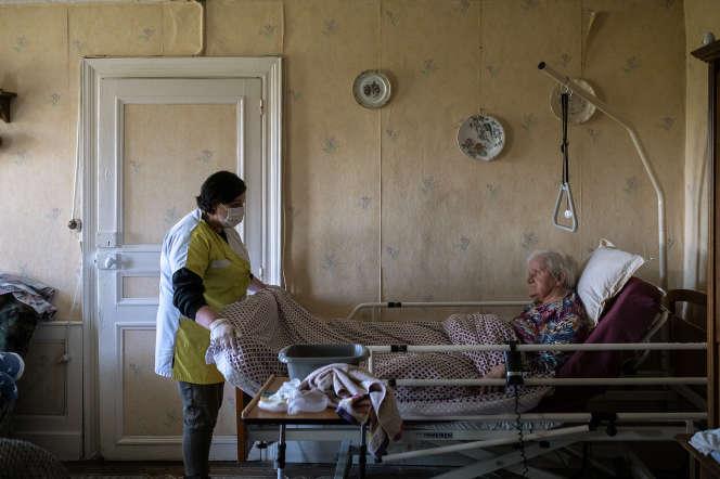 Séverine, auxiliaire de vie, se rend deux fois par jour chez la famille Meunier, à Wignehies (Nord), le 2 mai.