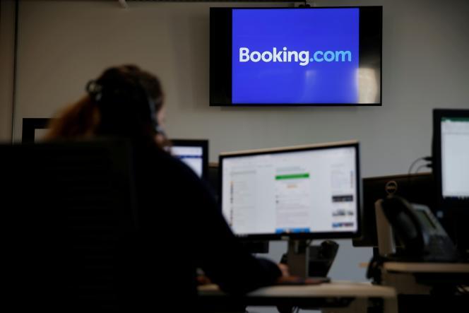 Un employé de Booking.com à Tourcoing, en octobre 2019.