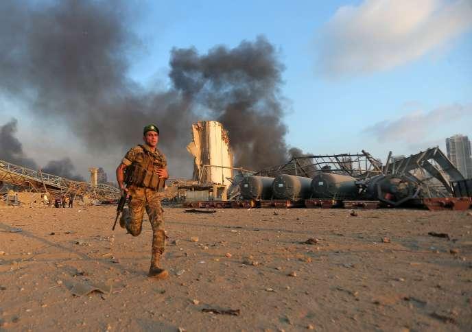 Un soldat libanais sur les lieux de l'explosion, dans le port de Beyrouth, le 4 août.