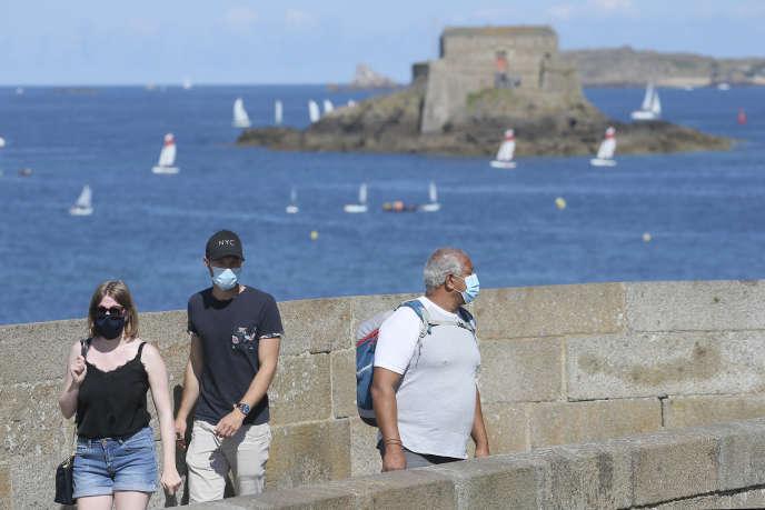 Des touristes à Saint-Malo, le 4 août.