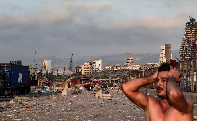A proximité du site de l'explosion, sur le port de Beyrouth, le 4 août en fin de journée.