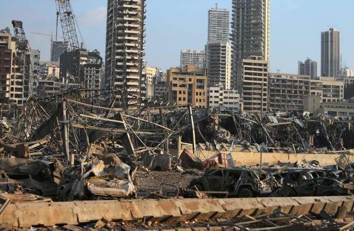 Scènes de destructions sur le port de Beyrouth, le 4 août. On peut noter l'absence de vitres sur ces bâtiments qui font face à la mer.