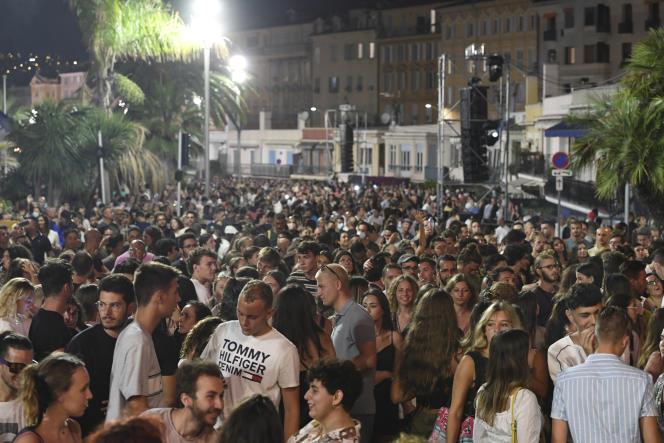 A Nice, rassemblement lors d'un concert public pour fêter la fin de l'urgence sanitaire, le 11 juillet.