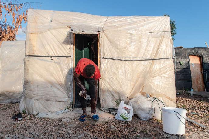 Un migrant guinéen à l'entrée de sa «chabola» (cabane), dans un bidonville à Palos de la Frontera (Huelva), le 8 mai.